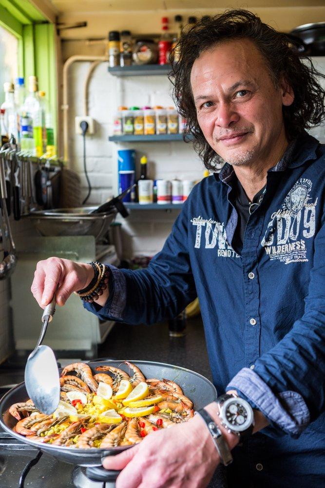 paella met zeevruchten en garnalen
